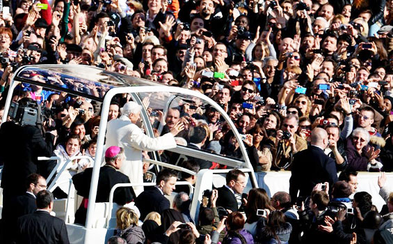 Benediktus-XVI-naik-Mobil