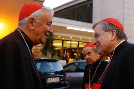 Vincent Kardinal Nichols dari Westminster, Inggris, berbicara dengan Raymond Kardinal Burke, pejabat Vatikan.