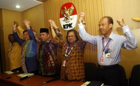Para tokoh lintas agama saat mengangkat tangan secara bersama sebagai bentuk dukungan terhadap KPK dalam rangka pemberantasan korupsi di Indonesia.