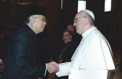 Budiarman Bahar (kiri) menjabat tangan Paus Fransiskus dalam sebuah acara di Vatikan. (Dok KBRI Vatikan)