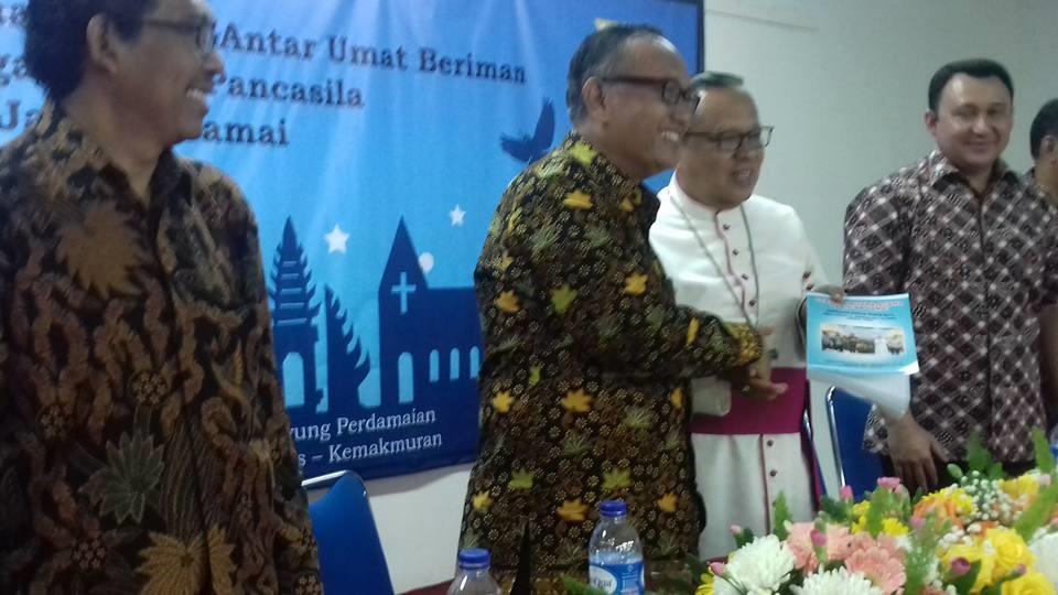 Ketua FKUB DKI Prof. Kiyai Ahmad Syafi'I Mufid memberikan buku hasil dialog antarumat beragama kepada Mgr. Ign. Suharyo, usai dialog.