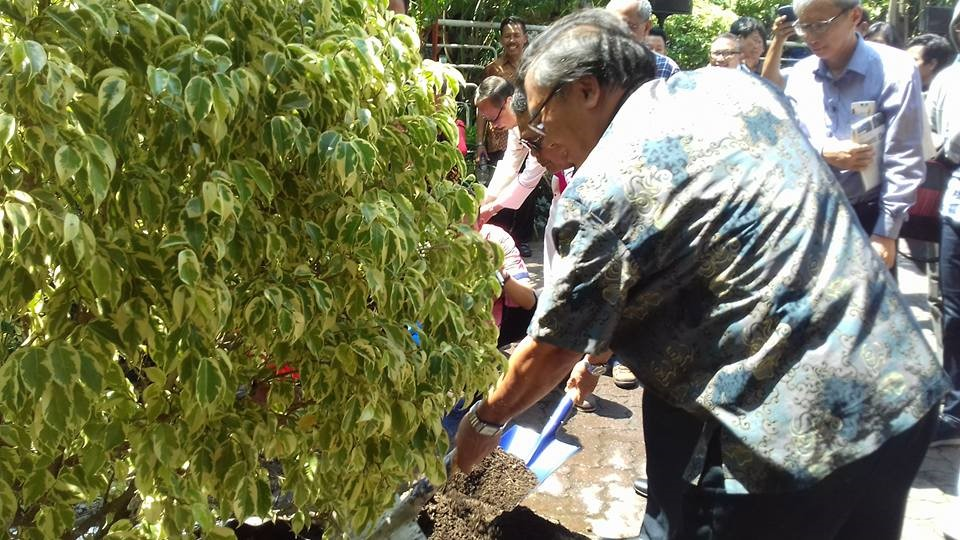Penanam Pohon Perdamaian di halaman Gereja Bunda Hati Kudus Kemakmuran oleh Para Perwakilan Majelis agama.