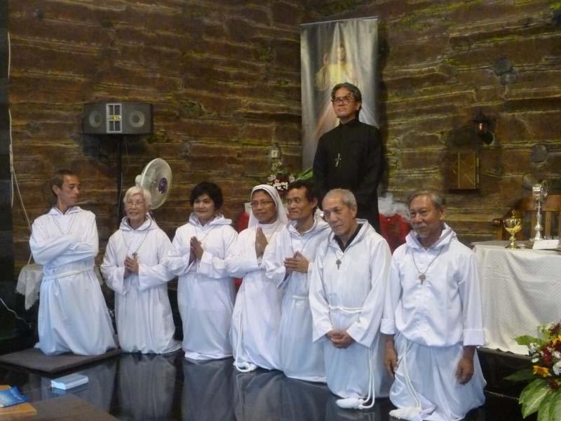 Rm. Maximilian mengukuhkan komitmen ke-5 volunteer dan Kaul sementara Suster calon pengikut Pelayan Pertapaan