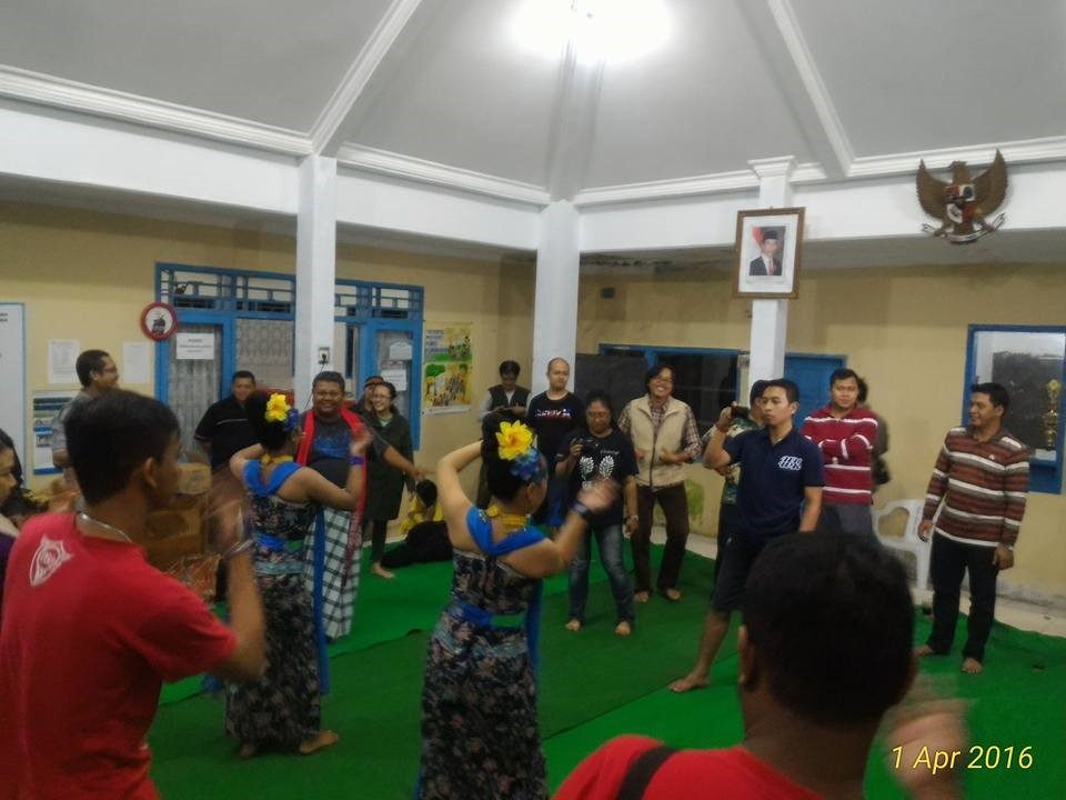 Pembukaan pertemuan dengan tarian warga setempat bersama para peserta.