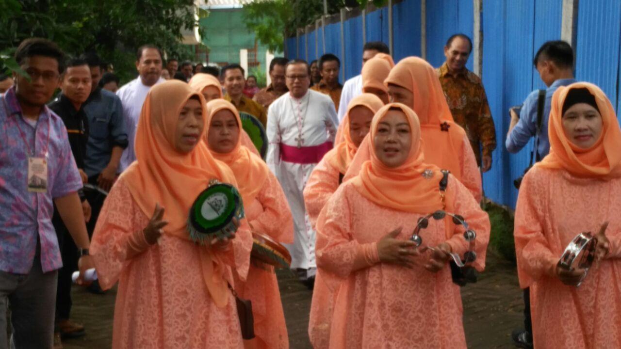 Walikota Bekasi Dr. H. Rahmat Effendi, Perayaan HUT Paroki Kranji ke 25, ibu-ibu berjilbab, musik qosidah, musik qasidah, uskup suharyo,