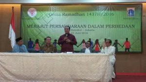 Kakanwil Kemenag DR. Abdurrahman (berdiri) juga tampil sebagai panelis di acara buka puasa bersama