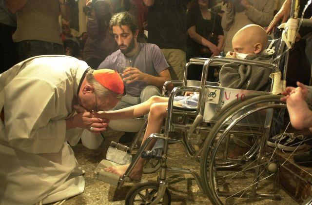 paus francis mencium kaki